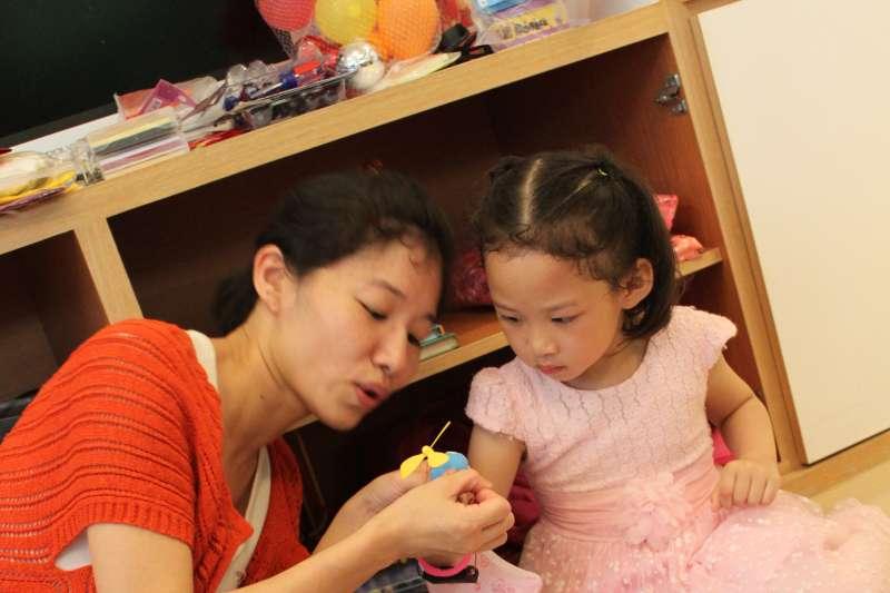 在創業的同時,也與老公趕進度接連生一對兒女的曾敬梅說:「我愛孩子,所以在當媽前,就一直在認真學習做個『好媽媽』!」(曾敬梅提供)