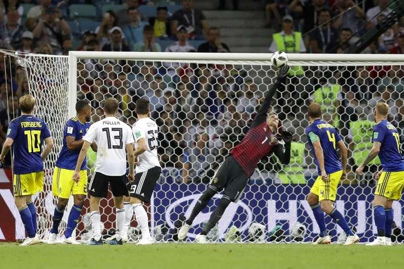 比賽只剩下20秒,瑞典門將沒有擋下德國克魯斯定位球射門。(美聯社)