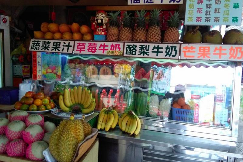 作者說,老闆娘對於水果品質要求極高,因此榮興的水果櫃就像是水果的精品百貨,每一顆飽滿健康的水果,都充滿生命力。(Yan Eva@facebook)