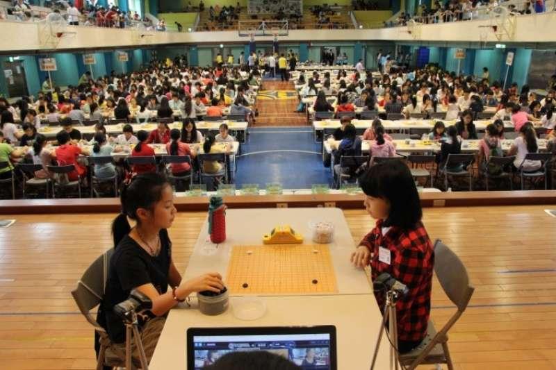 當今女子可於舞台上對弈,並現場轉播(第19屆全國女子賽)。(海峰棋院)