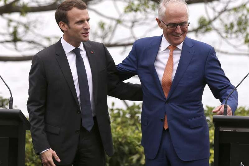 法國總統馬克宏(左)與澳洲總理騰博(AP)