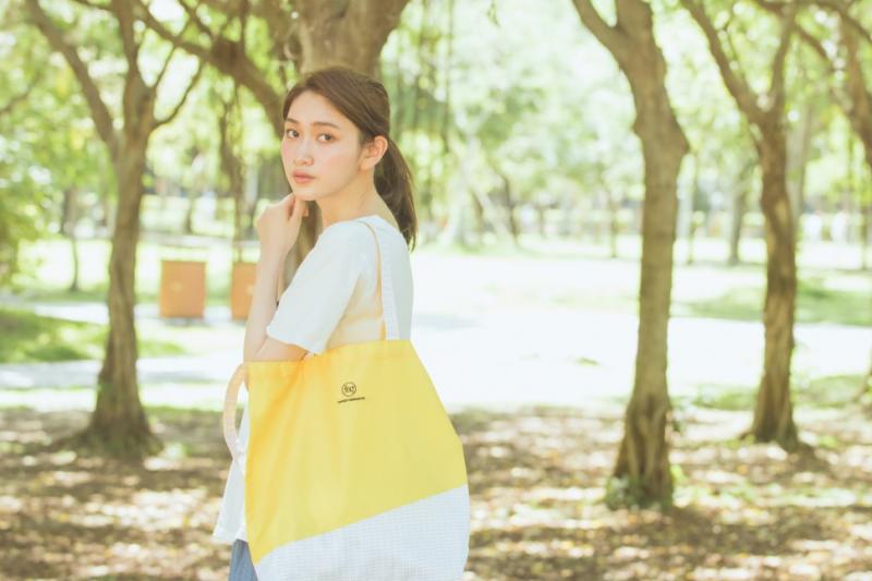 來自台灣的設計團隊將寶特瓶變成環保袋,除了渴望能改善回收者生活,更以行動讓人們關注社會上的回收者!(圖/取自Fng世代設計|為了下一代而設計)