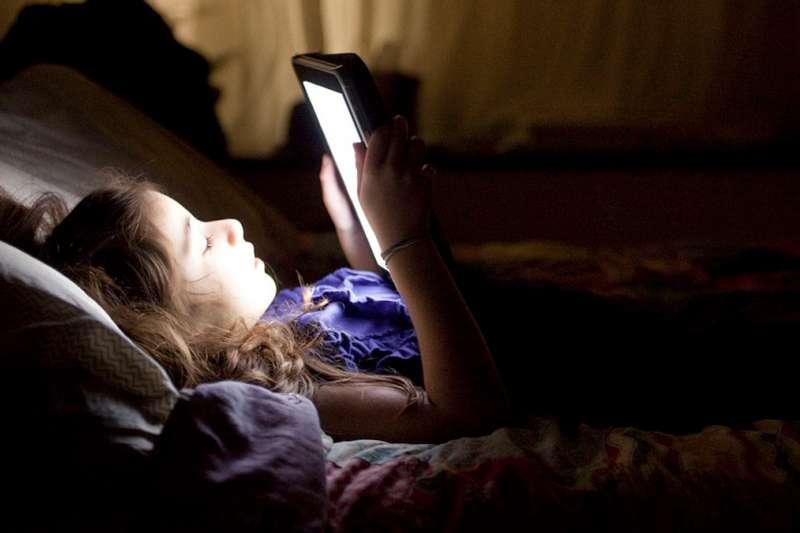 人們總說少滑手機,因為螢幕藍光很傷眼,但你知道我們接受藍光的最大來源,其實是太陽嗎?(圖/愛范兒提供)