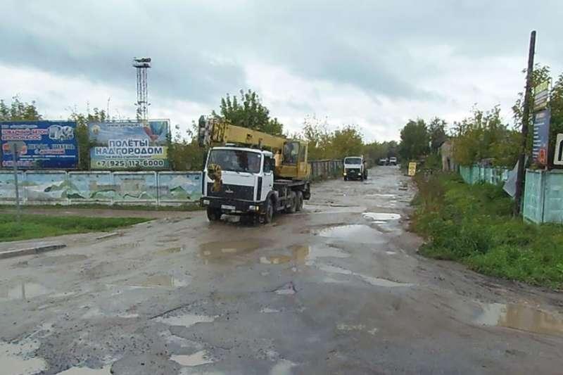 普京執政期間雖然原油價格曾高漲,但俄羅斯各地,尤其是邊境地區基礎設施衰敗。離莫斯科大約90公里遠的莫斯科州主要城市謝爾普霍夫市的道路。(美國之音)