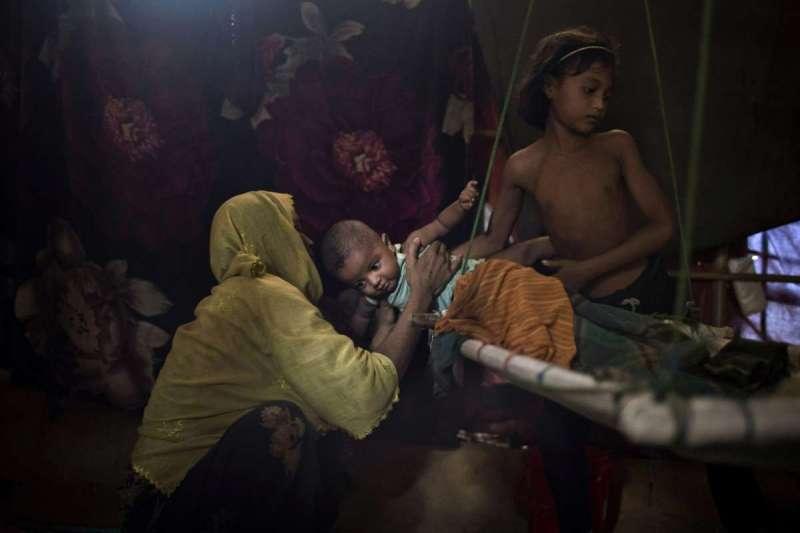 慘遭緬甸軍人強暴的M,胸上還留有軍人殘暴留下的齒痕。(美聯社)