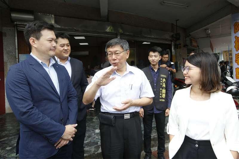 時力市議員參選人蕭新晟(左)競選辦公室成立,邀柯文哲(中)參觀。(郭晉瑋攝)