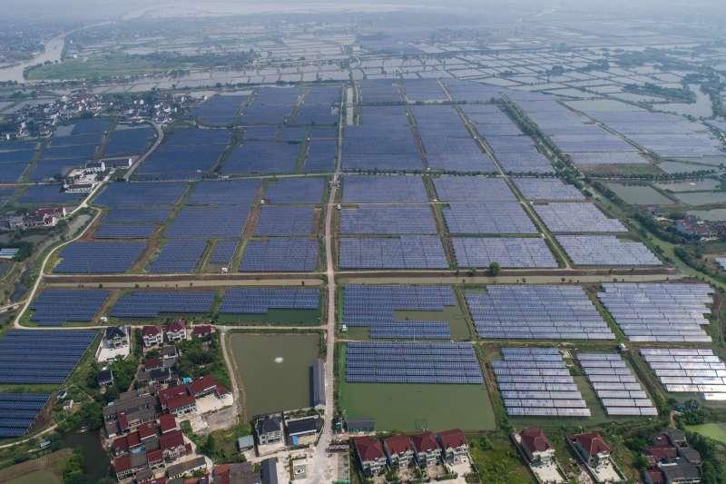 空中俯瞰浙江省湖州市和孚鎮的「漁光互補」光伏發電項目(新華社)