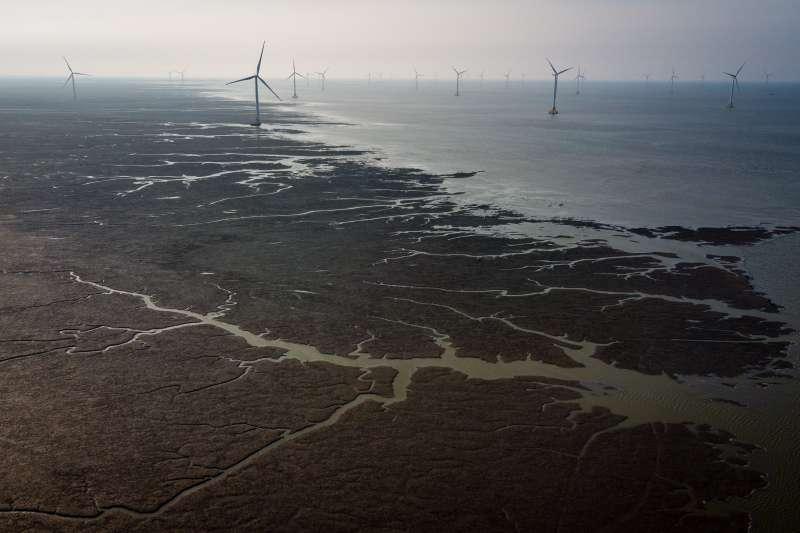 江蘇省如東縣拍攝的潮間帶風力發電場(新華社)