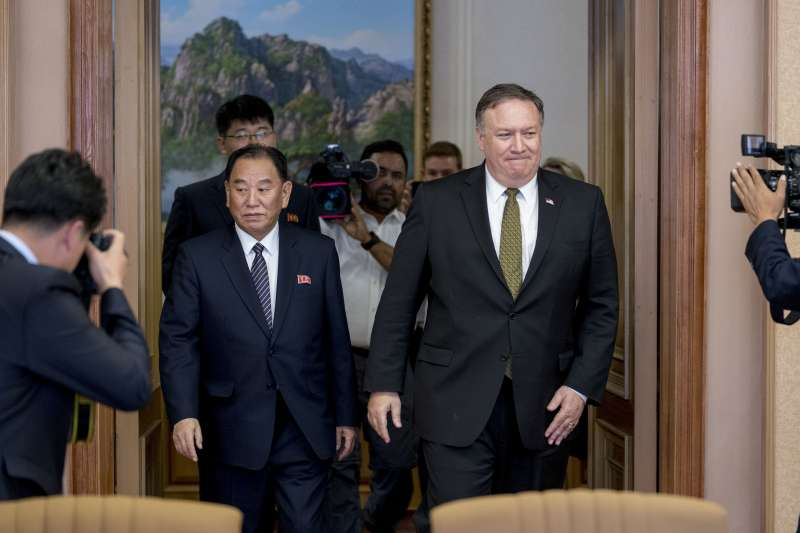 2018年7月,美國國務卿龐畢歐與朝鮮勞動黨中央委員會副委員長金英哲在平壤進行會談(AP)