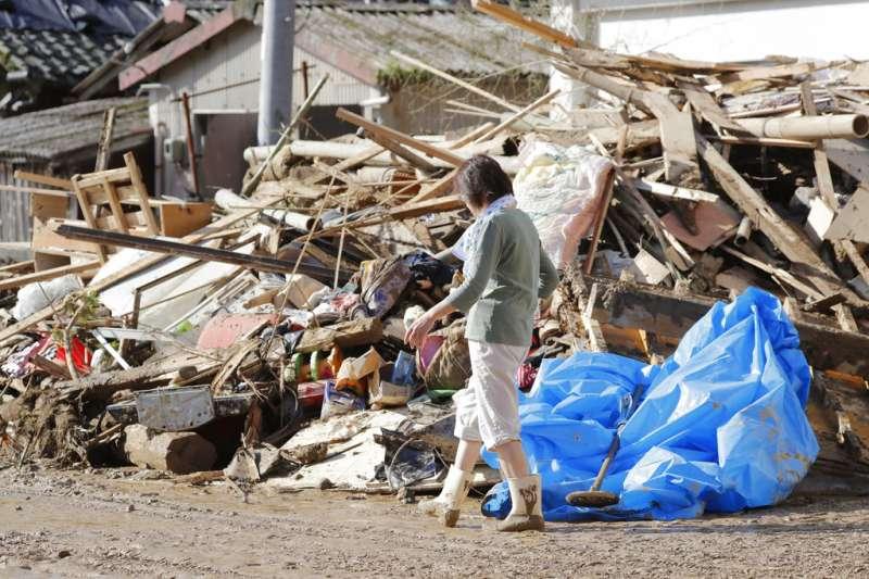 西日本連日大雨,愛媛縣宇和島市的住宅變成一片斷垣殘壁。(美聯社)