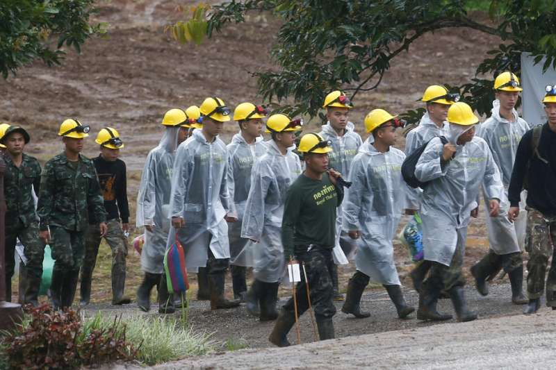 2018年7月10日,泰國北部清萊府的洞穴救援,泰國政府展開第三波救援行動。(AP)