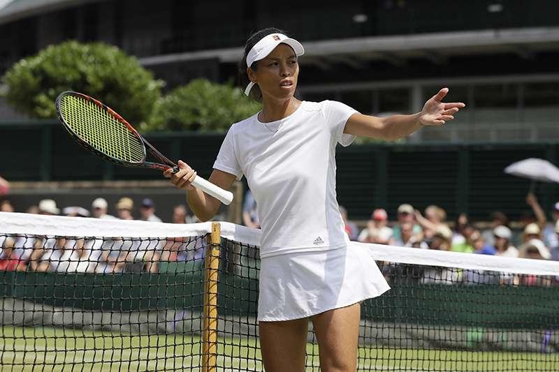 謝淑薇在溫網第4輪賽事面對斯洛伐克名將齊布可娃,以4比6、1比6不敵對手落敗,賽中因為爭議判決而產生小插曲。(美聯社)