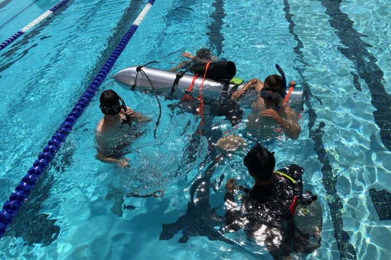 「鋼鐵人」伊隆·馬斯克(Elon Musk )最近除了非常積極趕工電動車Model 3 ,也非常關心泰國的救援進度,隨著官方成功救出第一批受困者,今天稍早他也在Twitter上公布了測試「兒童版潛水艇」的影片。(圖/Elon Musk@twitter,數位時代提供)