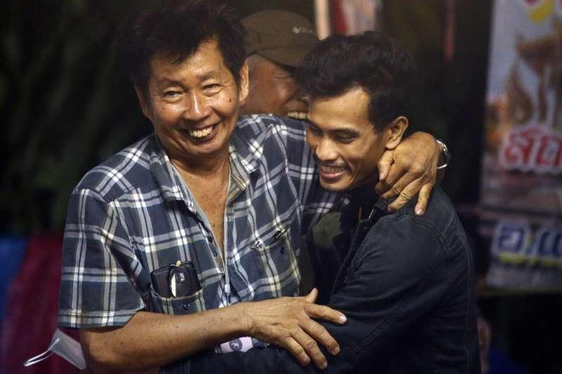 泰國北部清萊府的青少年足球隊12名隊員及其教練艾卡波10日全數獲救,足球隊員的家屬歡喜擁抱(美聯社)