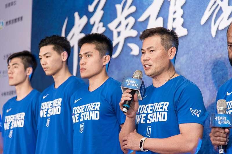 周俊三教練(右2)向中華籃協提出辭呈,協會慰留未果,中華男籃國家隊確認兵符轉移,由外籍教練帕克接任。(圖/展逸國際行銷提供)