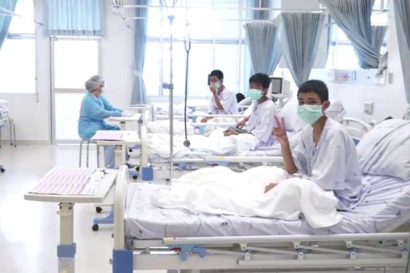 2018年7月11日,泰國政府公布地底洞穴受困少年在醫院療養的照片(AP)