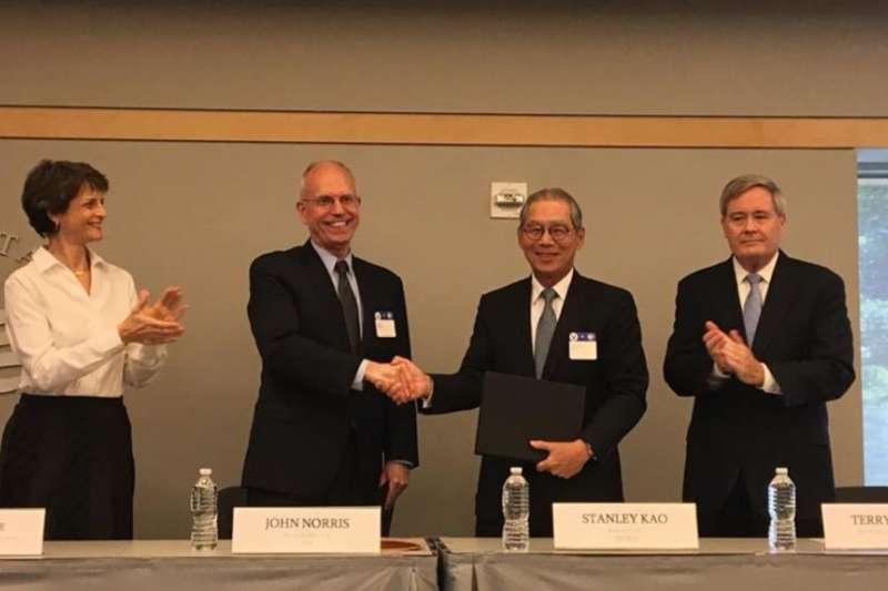 左起:美國負責東亞太平洋事務的代理助理國務卿勞拉·斯通;美國在台協會負責人諾里斯,台灣駐美代表高碩泰,負責全球打擊伊斯蘭國聯盟的美國總統副特使沃爾夫。(美國之音)