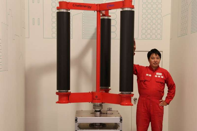 為妥善利用颱風帶來的龐大能量,日本工程師清水敦史開發「颱風發電機」。(圖/翻攝自 EMIRA,智慧機器人網提供)
