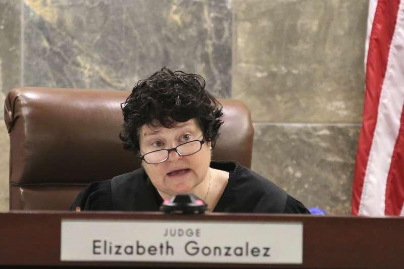 克拉克郡地方法院法官岡薩蕾(Elizabeth Gonzalez)11日判決立即停用咪達唑侖,多西爾死刑暫緩。(美聯社)