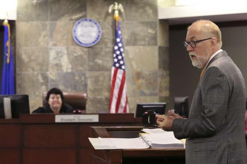 艾威群公司也提告克拉克郡政府非法取得其藥物,圖為艾威群公司的律師。(美聯社)