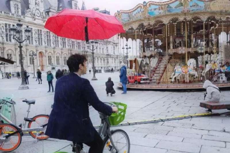 法國魔術師開發無人機傘,能遮陽、擋雨。(圖/翻攝自YouTube,智慧機器人網提供)