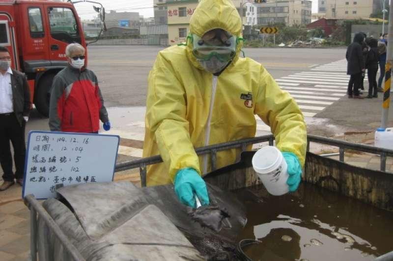 20180712-台中市梧棲區非法堆置1,178桶的貝克桶場址採樣情形。(台中市環境督察大隊提供)