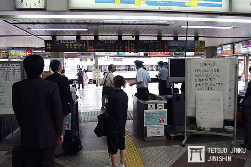 遇到緊急情況時,旅客往往因無法得知狀況,而感到恐慌與不耐,因此鐵道業者如能使用各種方式,不斷地提供資訊,不但可以安撫旅客,相信彼此也能互相體諒。(圖/想想論壇)
