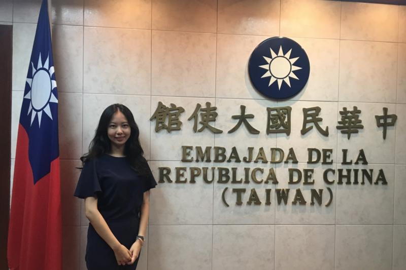 台大外文系學生黃慧滋在台灣駐巴拿馬大使館拍照留念,而今此館已不復存在。(黃慧滋提供)