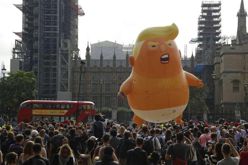 2018年7月13日,川普巨嬰氣球飛上倫敦天空。(AP)