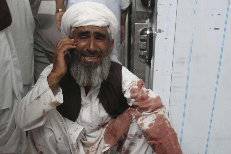 2018年7月13日,巴基斯坦西南部一場政治集會遭自殺炸彈客闖入引爆炸彈,造成慘重死傷。(AP)
