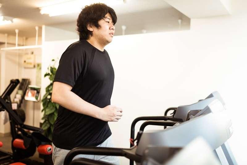 脂肪肝患者切忌在短時間內快速降低體重,因為快速減肥意味著脫水,有可能會加速肝臟功能的破壞。而是應該均衡飲食,適度活動,提升身體的氣血。(圖/朽木誠一郎@pakutaso)