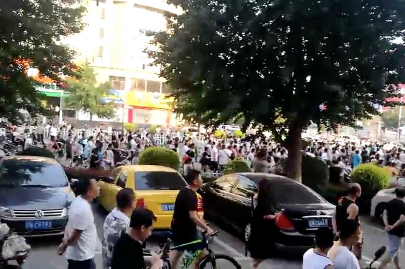 網傳北京出現大批P2P網貸受害民眾上街抗議。