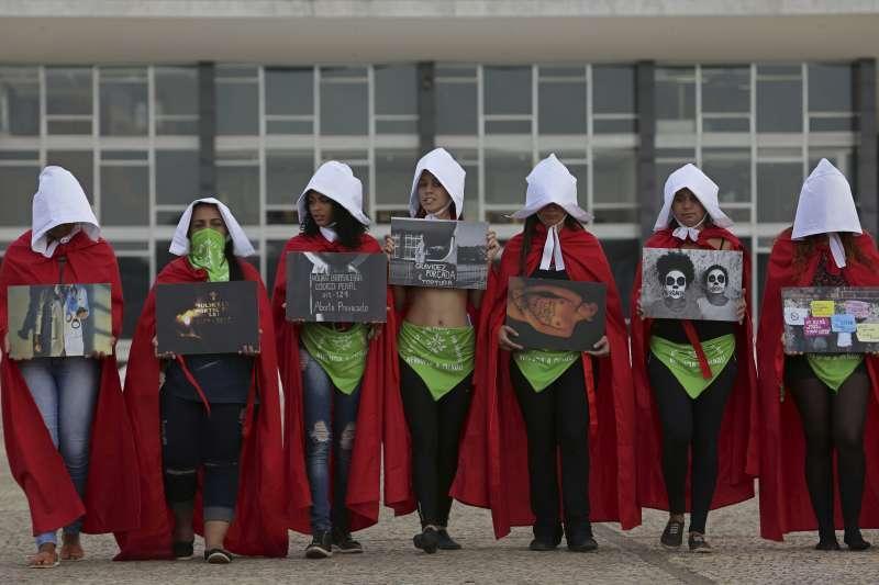 巴西女性打扮成「使女」,力爭墮胎除罪化(AP)