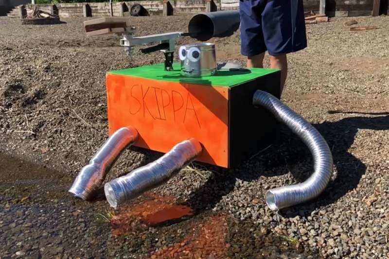 前 NASA 工程師與姪子們,一同打造出這隻外表很喜感的打水漂機器人。(圖/翻攝自 Youtube,智慧機器人網提供)