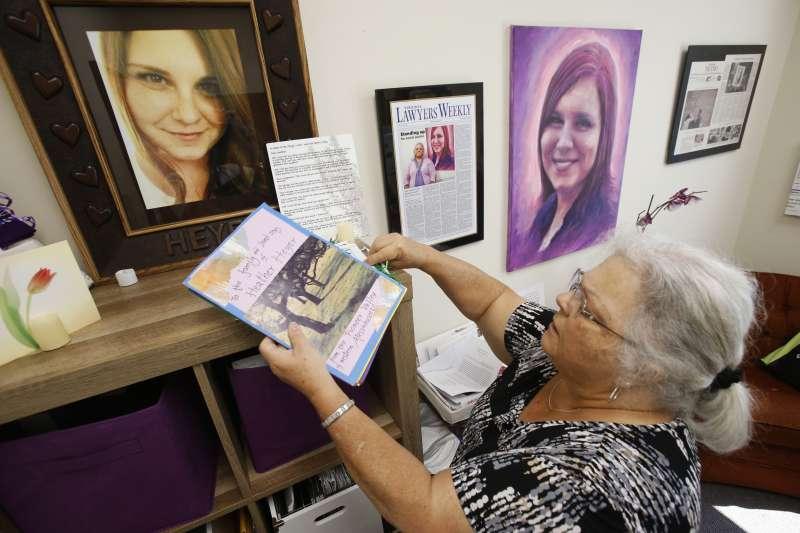 海爾的母親布蘿的辦公室上,貼滿愛女的照片(AP)