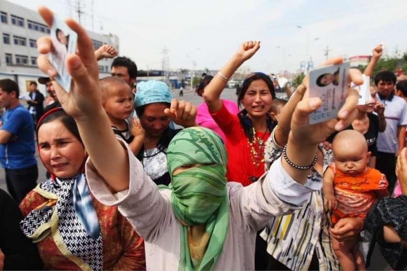 過往不少維族人曾經維權,圖為2009年,一批婦女稱自己家屬被中國當局囚禁。(BBC中文網)