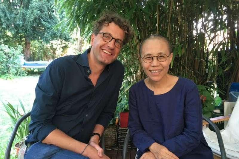 作家廖亦武表示,劉霞(右)日前與她的全球經紀人西冷(左)見面,並將她千餘張攝影底片交給對方。(圖取自廖亦武推特twitter.com/liaoyiwu1)