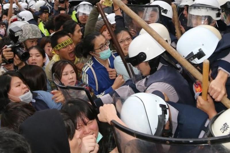 3日出刊的英國《經濟學人》雜誌預言,台灣的未來可能會由街頭運動決定。圖為反核民眾4月29日佔領青島東路及林森南路口。(吳逸驊攝)