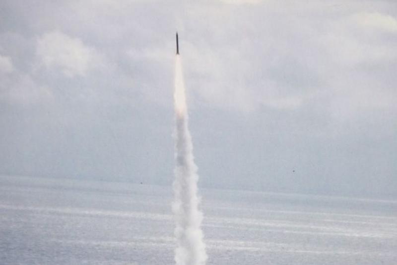 雲峰中程飛彈的研發人員將納入微衛星及強弓計畫,持續提昇中程飛彈技術,其中強弓計畫即為天弓三型防空飛彈的增程型。圖為天弓三型飛彈。(余志偉翻攝自《禮讚一百、精實國軍軍聞社攝影集》)