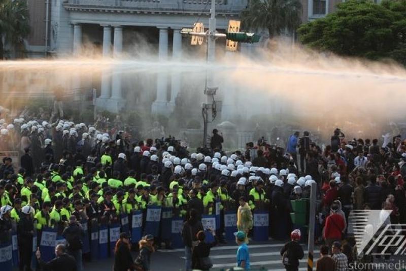 330佔領行政院後的警方強勢驅離行動是否過當引發爭議。(吳逸驊攝)