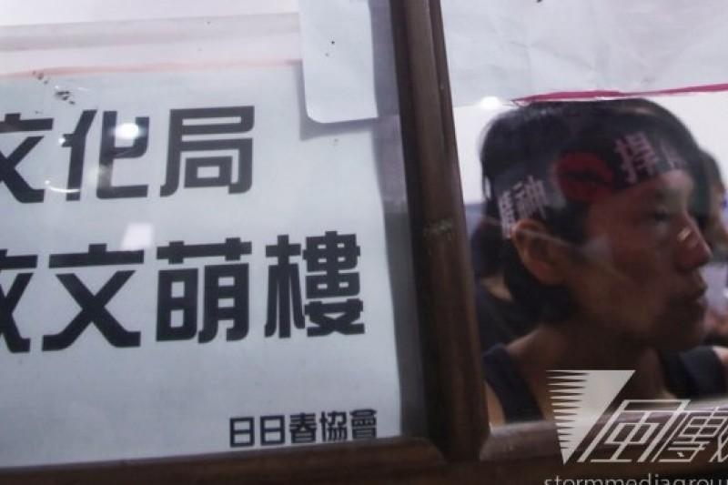 日日春協會今在松山文創園區進行靜默抗議,促文化局徵收文萌樓,以免屋主破壞古蹟價值。(林韶安攝)