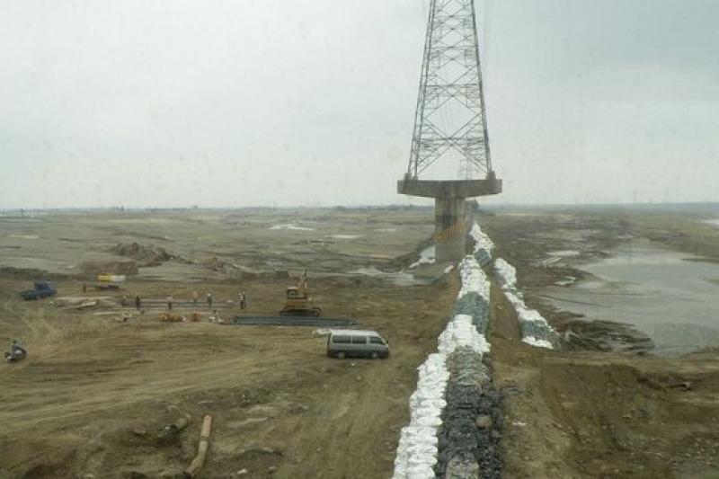 水土保持法修正竟要放寬八成水庫集水區開發,是還沒受夠風災之害嗎?莫怪朝野立委都反對。(圖為八八風災時曾文溪堤防遭沖毀/維基百科)