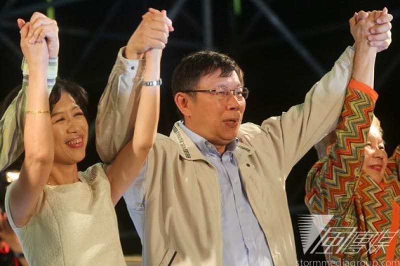 當選的台北市長柯文哲總部謝票畫面。(余志偉攝)