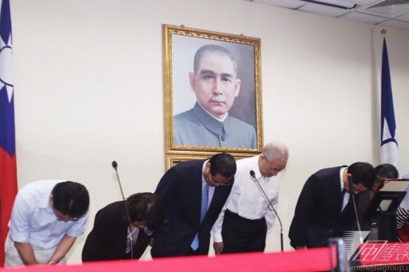 九合一選舉大敗,國民黨主席馬英九率黨務幹部鞠躬道歉。(林韶安攝)