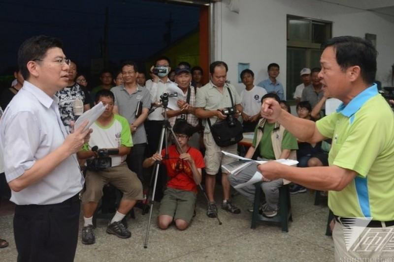 雲林縣議員林深(右)多次要求台大公衛學院教授詹長權解釋報告內容。(宋小海攝)