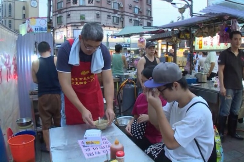 台北市長參選人連勝文為與民眾拉近距離,特別安排Working Stay活動,16日到寧夏夜市學賣豬肝湯,當一日打工仔。(擷取自連營影片)