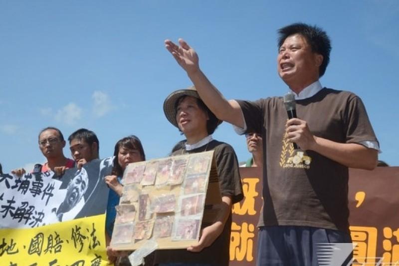 大埔張藥房老闆張森文逝世1周年,遭拆除的4戶與台灣農村陣線18日在凱道舉行記者會,政大教授徐世榮到場聲援。(宋小海攝)
