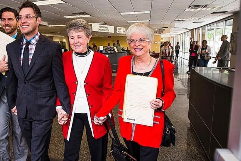 亞利桑那州兩對剛拿到結婚證書的同志愛侶,喜孜孜地走出鳳凰城高等法院。(美聯社)