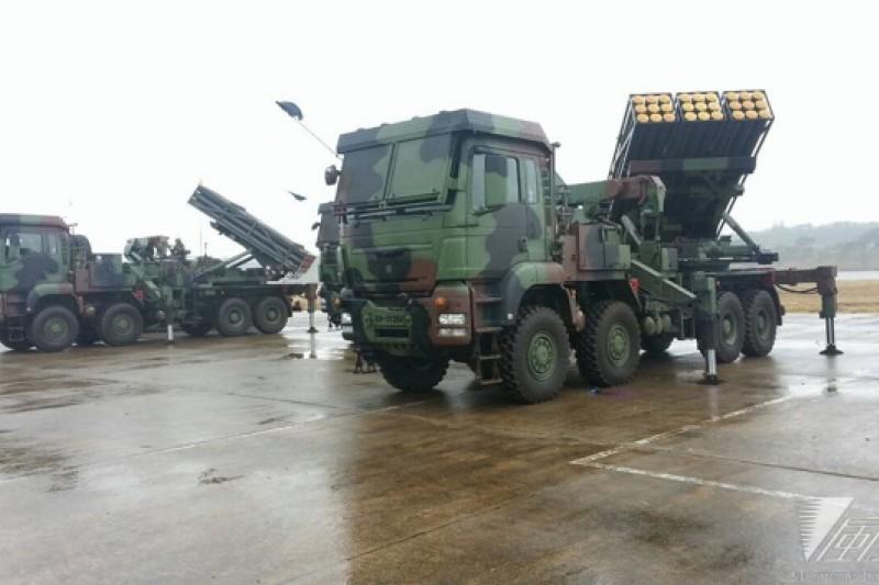 國防部2015年春節加強戰備活動,27日上午前往陸軍第6軍團湖口基地,參訪陸軍裝甲542旅等部隊的「地空整體反空(機)降作戰」操演,陸軍火力強大的雷霆2000多管火箭營也參與這次公開操演。(朱明攝)