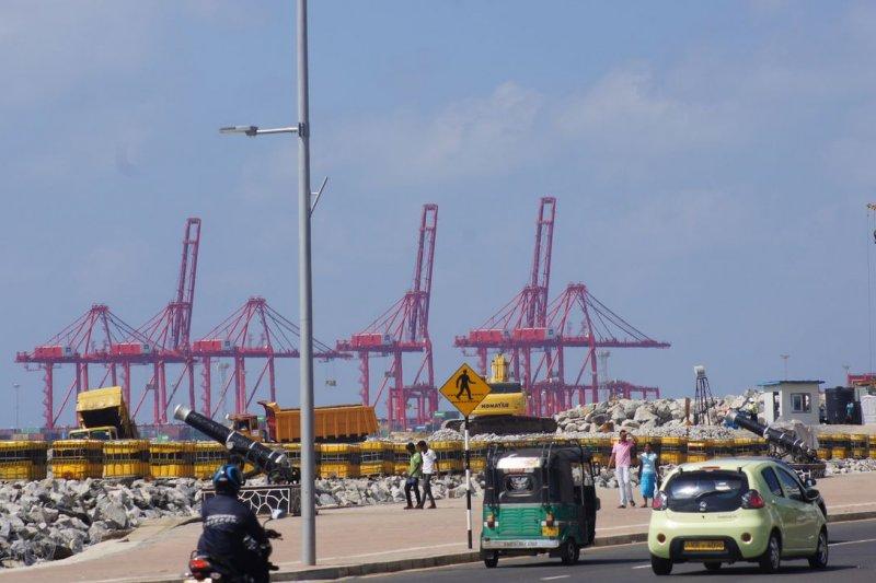中國在斯里蘭卡可倫坡港的興建工程。(陳牧民攝)